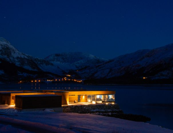 Tunheims Fjørå cabins at night